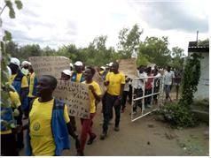 세계 말라리아의 날 기념 행진을 하는 주민들