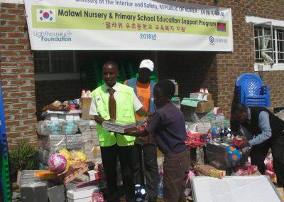 2018.05.24 아프리카 초등학교 교육용품 지원-말라위 농촌 3곳 초등학교에 지원한 학용품, 교육기자재 등 분배식 행사에 참석한 아동, 교사, 학부모들