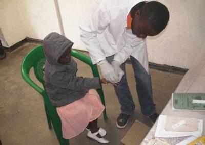 2018.06.22 말라리아 신속진단테스트중인 아동환자