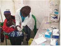 2018.07.30 추위에 떨고있는 말라위 보건소 환자들-추위에 떨며 이동진료 등록중인 환자와 말라위 등대복지회 보건소 아동환자