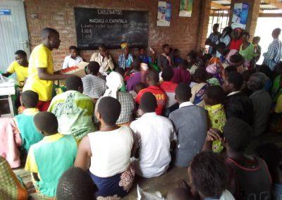 말라리아 진료를 위해 대기중인 환자들