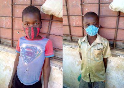 의류의 일부를 잘라서 만든 천마스크를 착용한 아동의 모습 2020.08