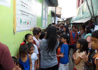 나보타스 해상판자촌 위-진료 차례를 기다리는 주민들 2011.02