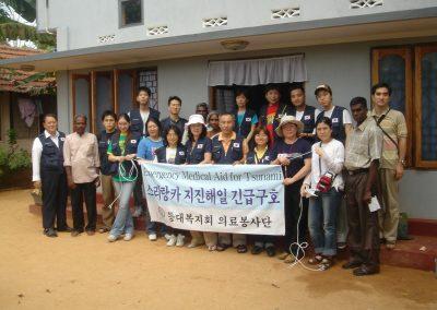 등대복지회 의료봉사단과 현지관계자들 2005.02