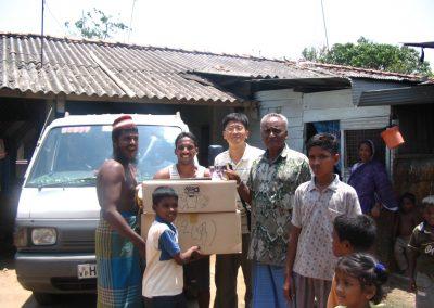 '마딱꿀리아'지역 주민들에게 의류를 전달하고 있는 김광수 선교사(가운데) 2005.02