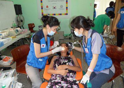 제1차 의료봉사 시 판자촌 주민, 구강치료를 하는 치과팀 2011.02