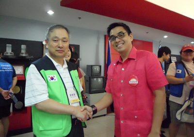 필리핀 나보타스시 시장과 인사를 나누는 등대복지회 장창만 이사장2011.02
