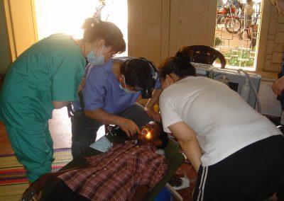 한 환자의 구강을 검사하고 있는 치과의료진 2005.02