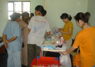 환자들에게 약품을 처방하고 있는 의료팀 간호사들 2005.02