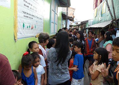나보타스 해상판자촌 위 - 진료 차례를 기다리는 주민들 2011.02