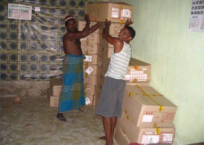 지원받은 사회복지공동모금회 기탁 의류박스를 정리하고 있는 현지 주민들 2005.02