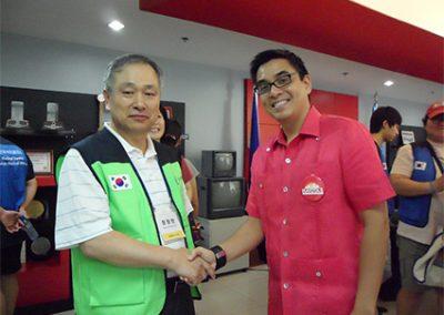 필리핀 나보타스시 시장과 인사를 나누는 등대복지회 장창만 이사장 2011.02