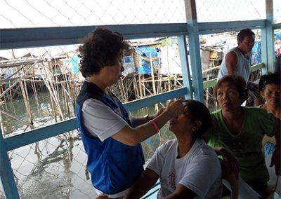 해상판자촌 위에서 진행된 안과 무료진료시술 2011.02